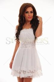 Rochia alba lunga cu volanase este o rochie eleganta potrivita atat petrecerilor de zi cat si celor de seara. Este o rochie lunga eleganta cu trena, cu un croi modern, mulata, cu bust buretat ce scoate sanii in evidenta, bretele subtiri si talia accesorizata cu o centura cu strasuri detasabila/5(3).